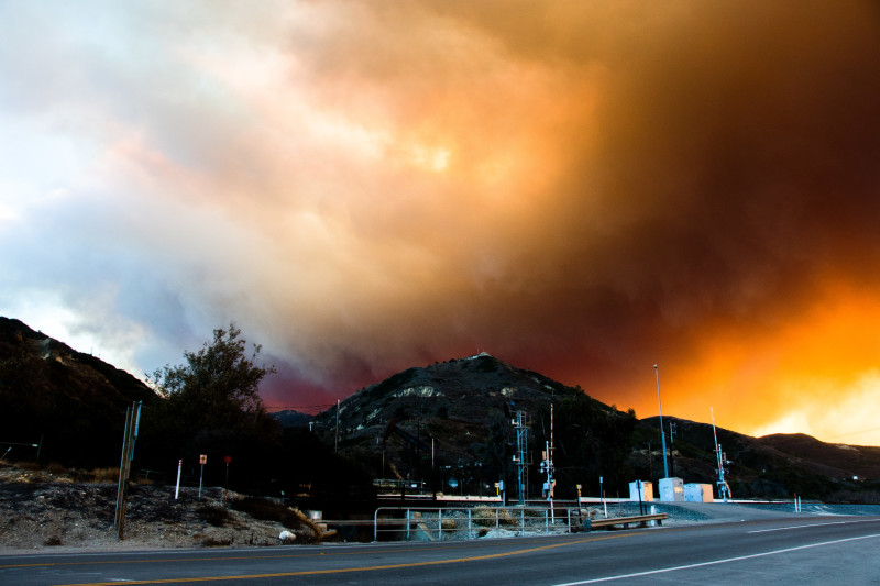Smoke drifts towards the coast and creates colorful skies off Highway 101 in Ventura. Image: Braden Zischke